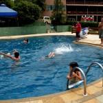Criançada se divertindo na piscina